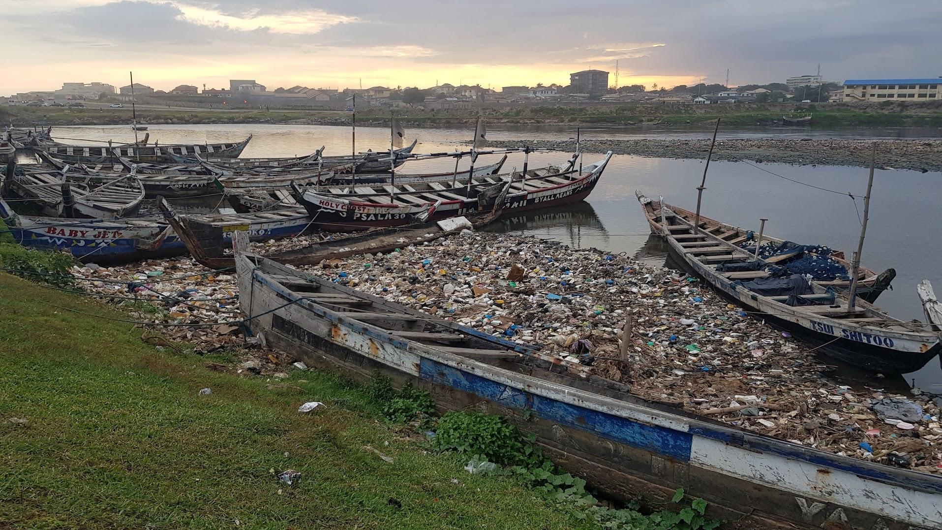 Plastforsøpling hoper seg opp i elvene, og ødelegger det som burde være svært idyllisk natur.