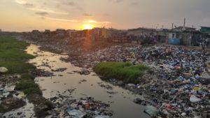 Solen titter over et Ghana sterkt preget av plastforurensning.
