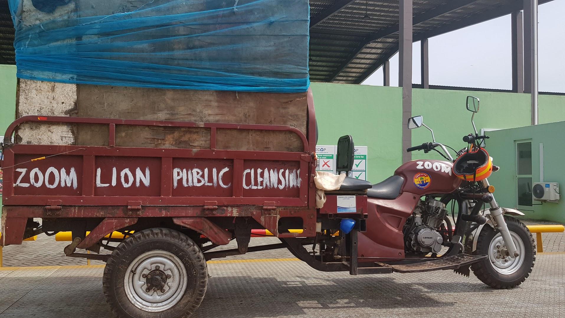 Ghanesisk renovasjonsbil, godt tilpasset forholdene, men ettersom den mangler komprimering blir det mange turer.